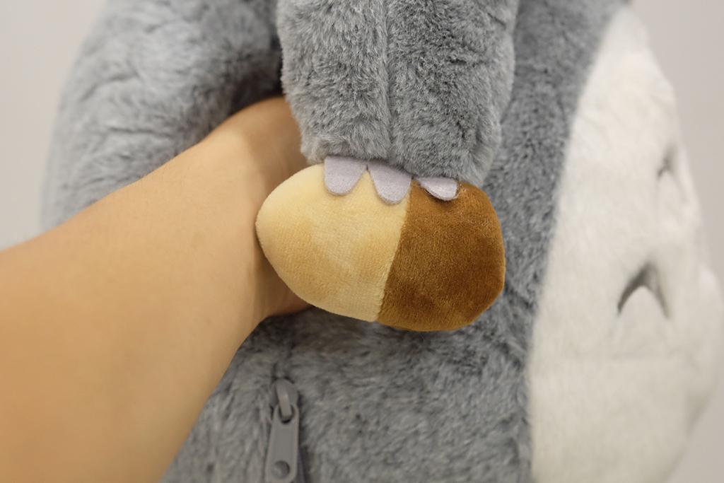 Totoro đút tay