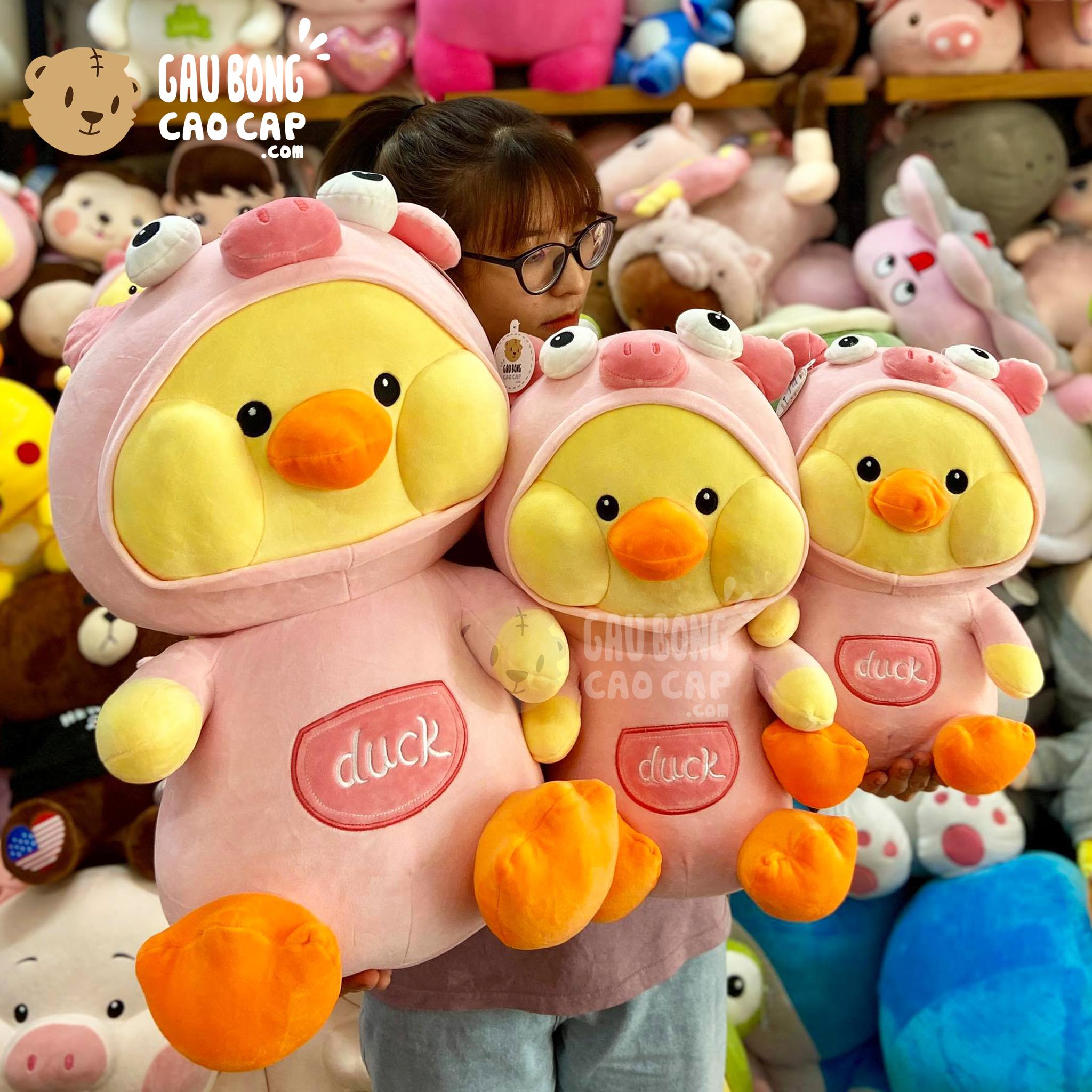 Vịt Bông Vàng Duck ngồi cosplay Heo hồng